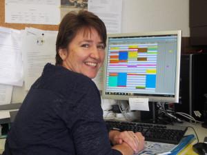 Sandra Gerber kontrolliert den Einsatzplan und bearbeitet Debitoren und Kreditoren und vieles mehr.