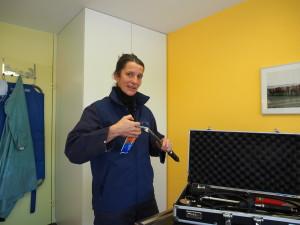 Andrée fettet die sauber gereinigten Zahninstrumente nach dem letzten Einsatz